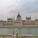 Vista frontale della sede del Parlamento