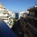 Utsikt från vårt rum på femte våningen står på balkongen��