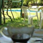 Café a beira da piscina