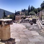 Tesouro de Delfos ao fundo