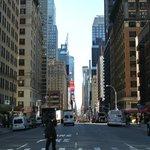 Vista a Times Square desde la esquina del hotel.