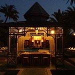 Bar vue de l'allée principale de nuit