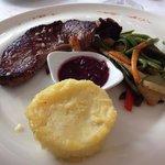 Filet de bœuf, légumes croquants et purée de pommes de terre, sauce à l'échalote