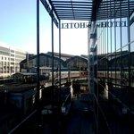 Vista da janela do hotel para a Friedrichstrasse Bahnhof