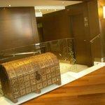 Холл отеля, путь к лифту