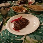 A carne preparada no estilo argentino, agrada qualquer paladar. Uma carta de vinhos bem variada