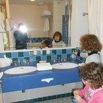 salle de bains avec tout le necessaire de toilette
