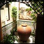 Brunnen im Hostal-Flur, direkt vor dem Badezimmer-Fenster