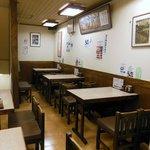ご家族やカップルでもゆっくりと食事ができるようにと、二階にはテーブル席(5卓22名)を設置しています。