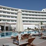 Вид с бассейна на отель