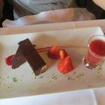 gateau au chocolat/coulis de fraise