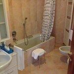 Ligbad in badkamer, douche achter mij