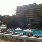Widok hotelu z basenu.