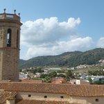 вид с крыши гостиницы на церковь
