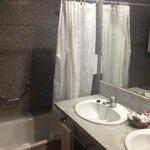 Das Bad mit großflächigem Spiegel und zwei Waschbecken