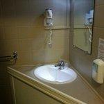 Salle de bain vieillotte et sombre