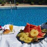 Desayuno en la terraza con piscina