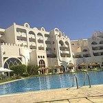 facciata dell'hotel e piscina