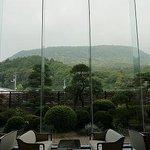 ロビーからの琴平山の眺め
