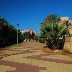 Promenada między hotelem a oceanem - miejsce na jogging i spacery
