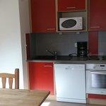 キッチン、大きな冷蔵庫と洗濯機も