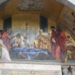 Detalhe de um dos mosaicos da fachada