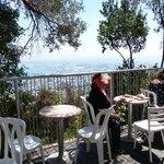 בית קפה במרפסת המוזאון-זכויות יוצרים לצילומי-גילי מצא