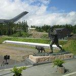 il trampolino e il monumento a un re norvegese con il suo cane