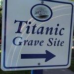 Hinweisschild auf die Begräbnisstätte der Titanic Opfer