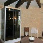 Une partie de la salle de bains dans la tour