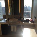洗手盆可以看到室外曼谷景色。