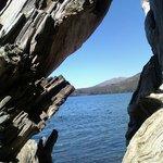 Vista del Lago Gutierrez a travez de un tronco seco