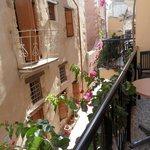 charmant petit balcon fleuri