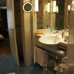 Вид из ванной комнаты на вторую комнату двухкомнатного номера