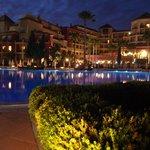 Piscina y hotel por la noche