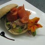 bagel de salmón curado