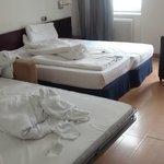 O quarto, com as três camas.