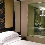バスルームはガラス張りですがカーテンで閉じれます