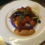 Spezzato d'agnello con purea di patate viola e verdure