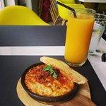 Chorizo Mac & Cheese with Mango Shake