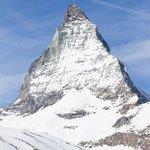 La grande montagna e il piccolo sciatore