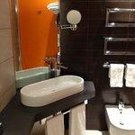 Visuale parziale della stanza da bagno nella camera 225