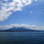 ナポリ湾から見たベスビオ火山