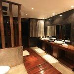 Dubbele regendouche in de badkamer