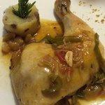 Muslo de pollo de payés, con sus golosinas