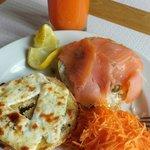 Bagle salmão fumado e alcaparras e queijo de cabra com ervas aromáticas e sumo de laranja com ce