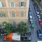 ホテル玄関前の道