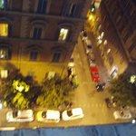 夜のホテル玄関前を見下ろす