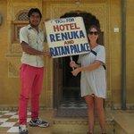 Foran Renuka Hotel, følg dette skilt og der er gratis kørsel til hotellet fra togstatioen!