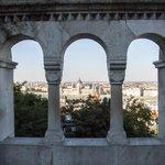 Widok na Parlament przez arkady z Baszty Rybackiej